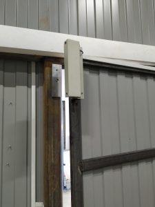 Установка магнитного замка на дверь, которая открывается внутрь