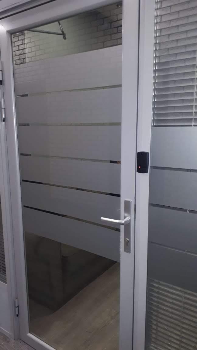 Скуд на алюминиевую дверь со стеклом
