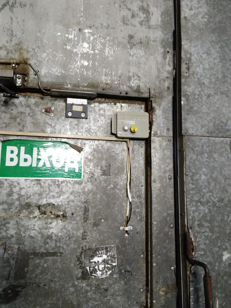 Установка электромеханического замка на складе